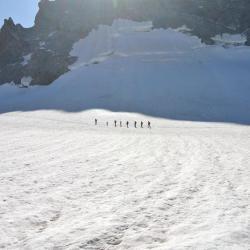 Une cordée en route pour le col des Trifides (3406m)